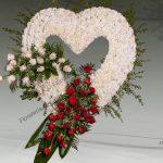 Corazón de claveles y rosas E7