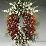 Corona floral funeraria de rosas