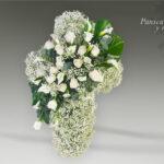 cruz de paniculata y rosas blancas